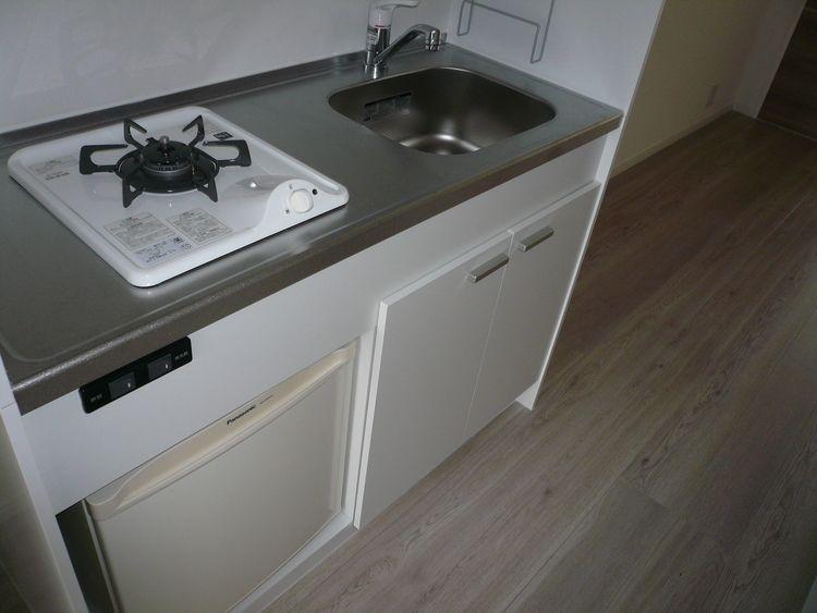 コンロはガスコンロ。ミニ冷蔵庫付きです。