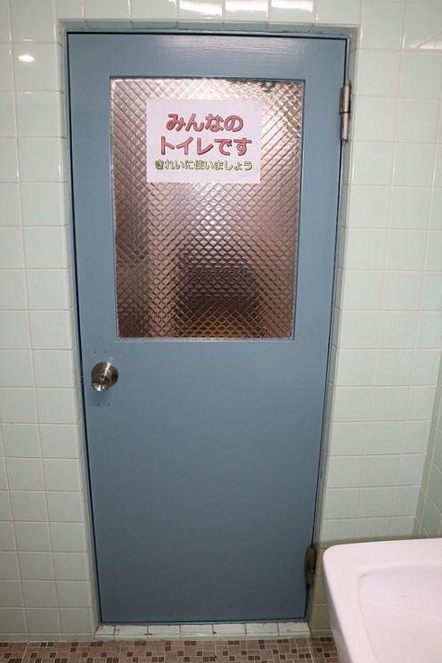 トイレは共用ですが、内側から施錠可能です。