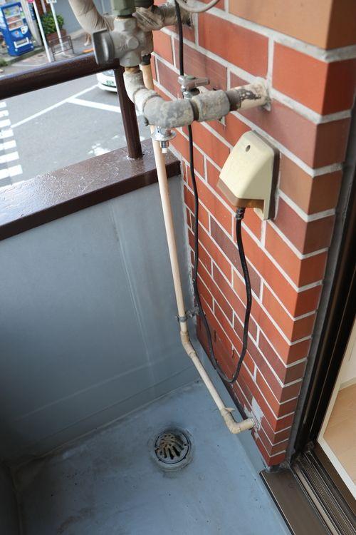 菊地ビル201号室の洗濯機置場です。