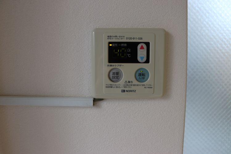 菊地ビル201号室の給湯機パネルです。