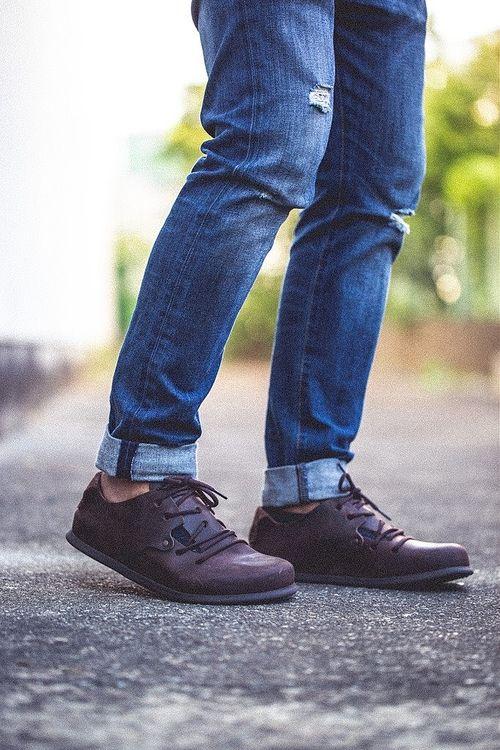 デニムに革靴を合わせた下半身の写真です。