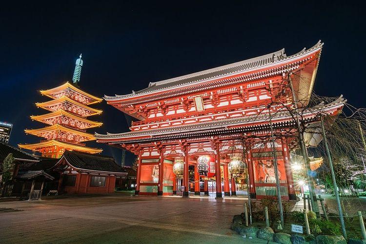 夜の浅草寺の写真です。