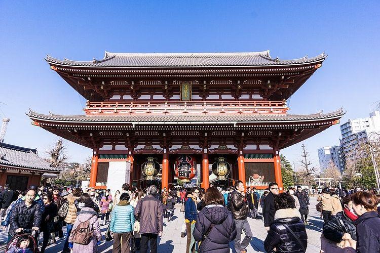 冬の昼間の浅草寺境内の様子です。