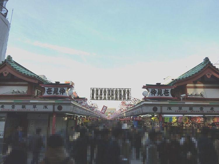 浅草寺・仲見世の入口の写真です。