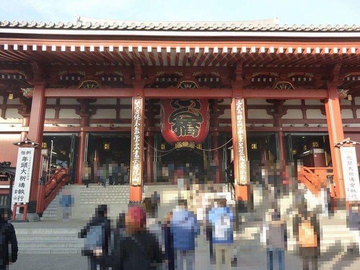 浅草寺の本堂を正面から撮った写真です。