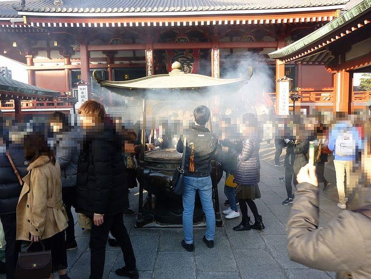 浅草寺の常香炉の写真です。