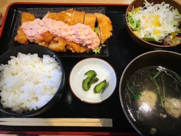 東上野5丁目にある、たまちゃんのランチ定食の写真です。