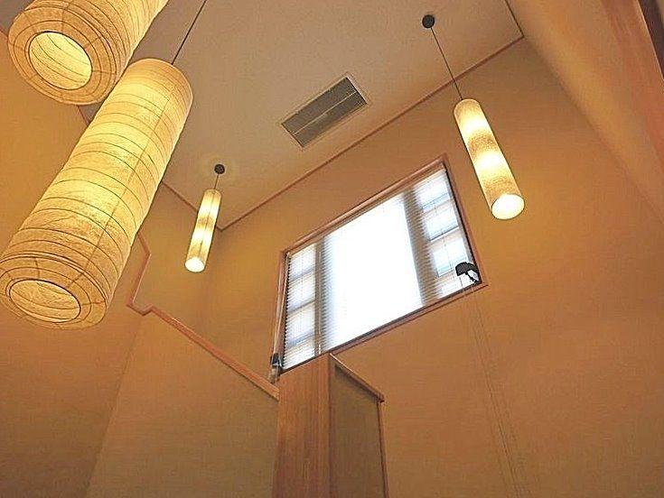 照明を増設し、明るい雰囲気の吹抜階段。