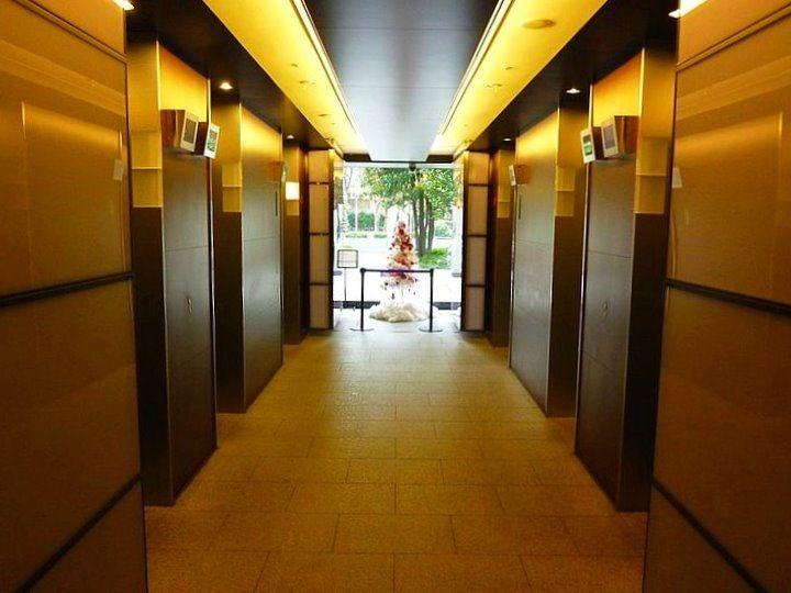 台東区西浅草3丁目にある浅草タワーのエレベーターホールです。