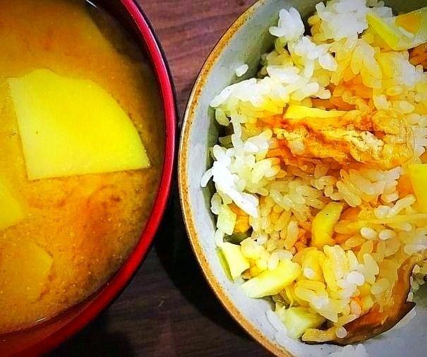 たけのこご飯とお味噌汁のアップ写真です。