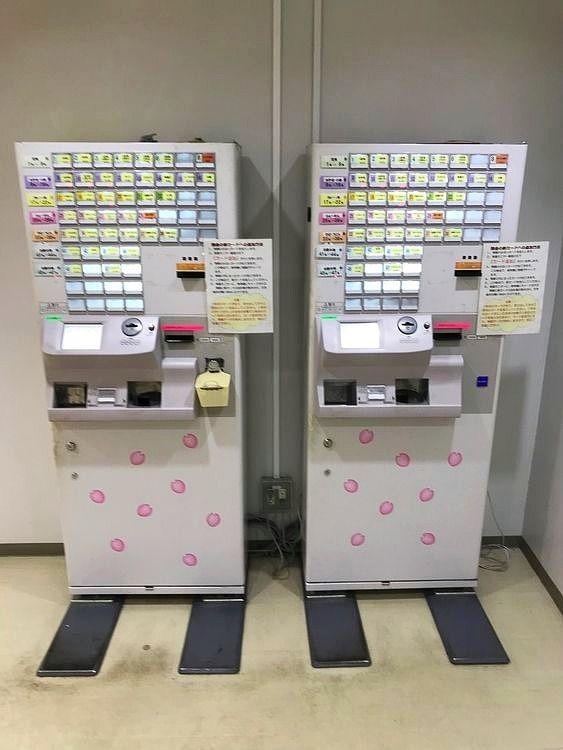 台東区役所にある社員食堂「チカショクさくら」の券売機。