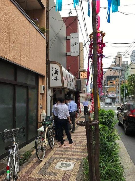 北上野1丁目にある鳥千のお弁当購入の行列。