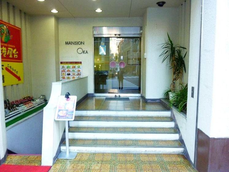 文京区湯島1丁目にある、マンション岡のエントランス写真です。