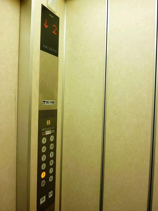 文京区湯島1丁目にあるマンション岡のエレベーター写真です。