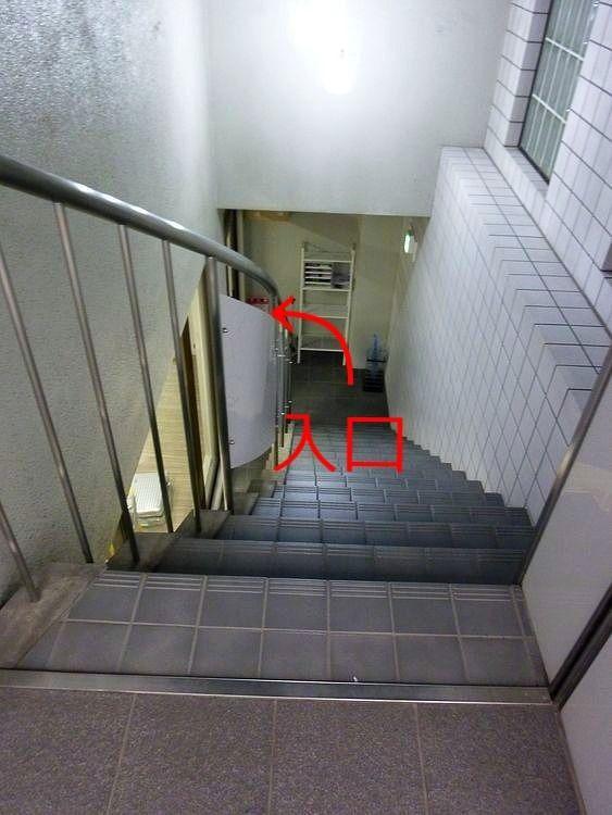 台東区蔵前1丁目にあるテーラー、COLLARの入口へ続く階段です。