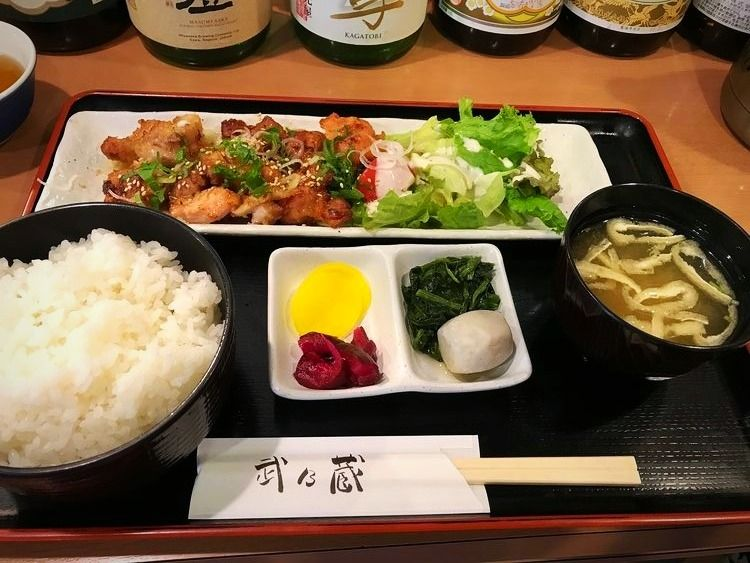 台東区東上野6丁目にある、武乃蔵の唐揚げ定食です。
