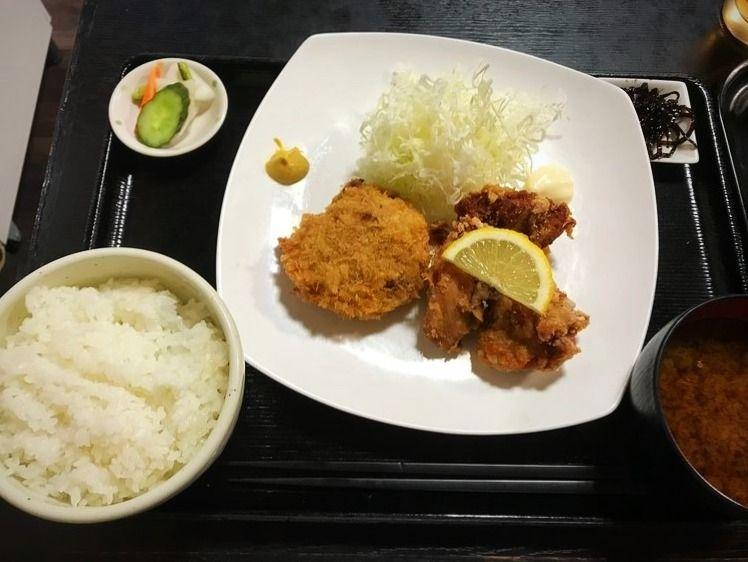 台東区松が谷1丁目にある、居酒屋かわだの唐揚げとメンチカツ定食です。