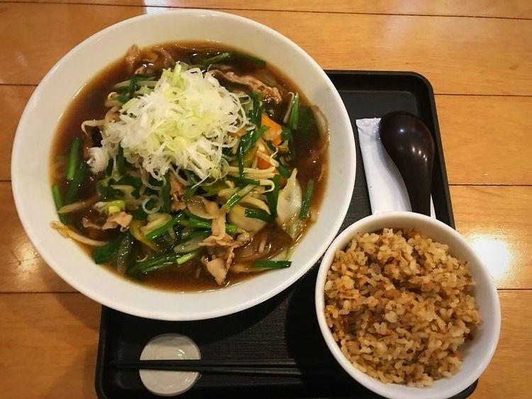 台東区元浅草1丁目にあるラーメン店、若松のタンメンと鶏ご飯のセットです。