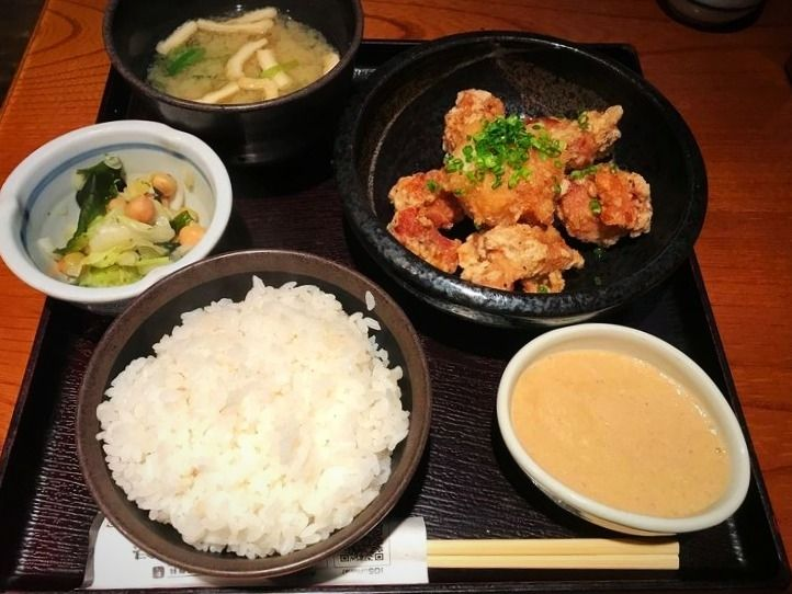 上野7丁目にある居酒屋、鳥元の唐揚げ定食です。