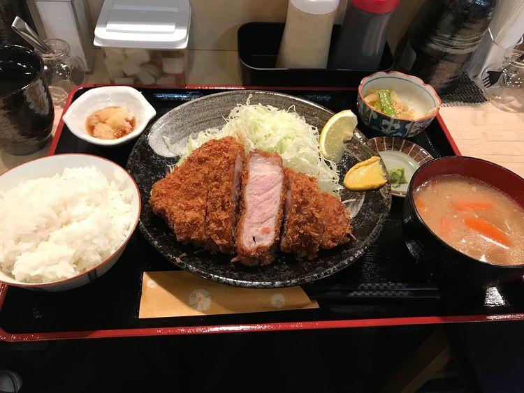 台東区松が谷1丁目に出来たトンカツ店、「君に、揚げる。」(極)の嬉嬉豚ロースとんかつ定食です。
