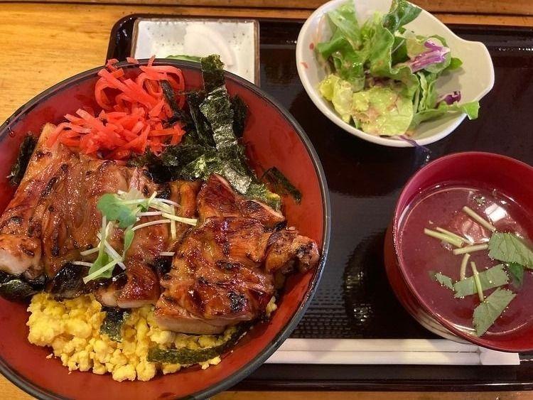 台東区東上野2丁目にある焼鳥屋、二羽の焼き鳥丼です。