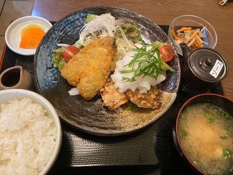 台東区東上野3丁目に焼鳥屋とりたまの唐揚げ定食です。