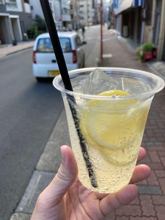 台東区蔵前にある立ち飲み居酒屋、イエロの持ち帰りレモンサワーです。
