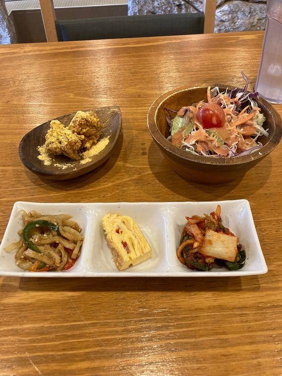 台東区東上野3丁目にある韓国料理店、チキンアンドトマトダイニング上野店のランチで付いてくる小鉢です。