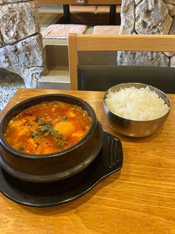 台東区東上野3丁目にある韓国料理店、チキンアンドトマトダイニング上野店のスンドゥブチゲランチです。