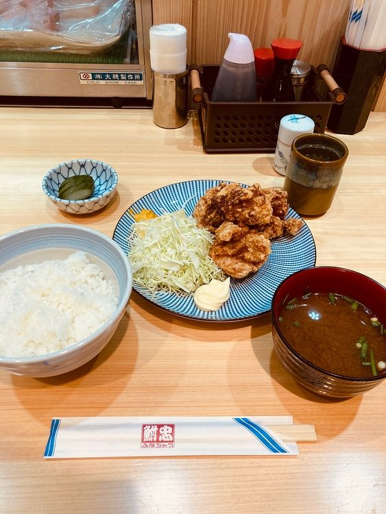 台東区東上野5丁目にある居酒屋、鮒忠東上野店のランチ唐揚定食です。