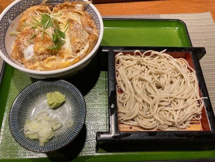 台東区北上野2丁目にあるそば屋、大自然のカツ丼と半もりそばのセットです。
