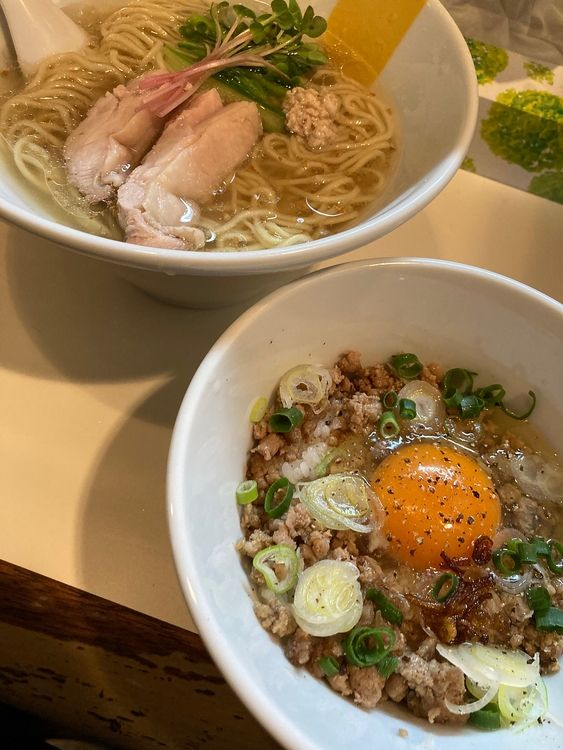 台東区駒形1丁目にあるラーメン店、マニッシュの塩生姜ラーメンと生炒飯です。
