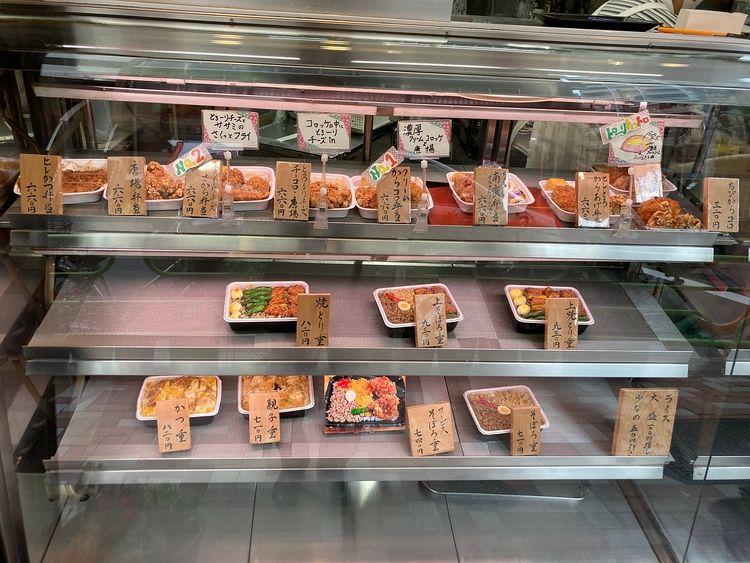 佐竹商店街にあるお弁当屋さん、村井の商品ディスプレイです。