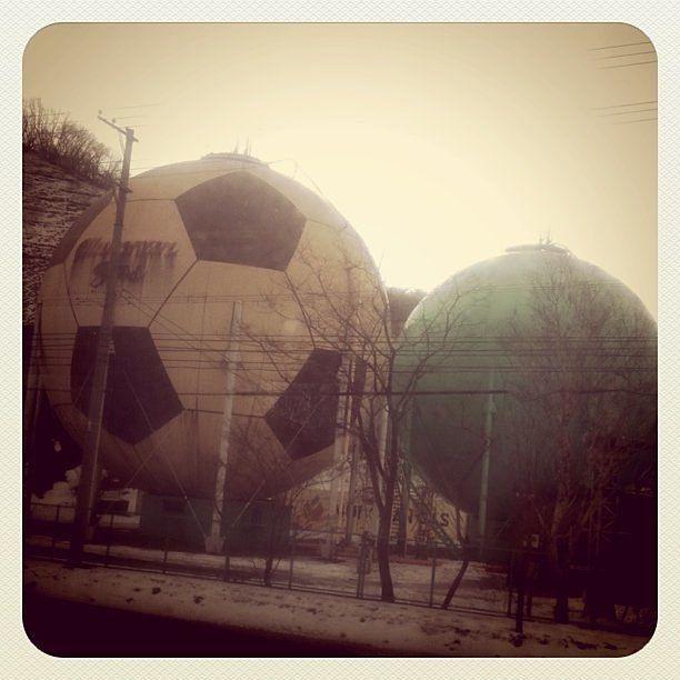 サッカーボール型のガスタンクです。
