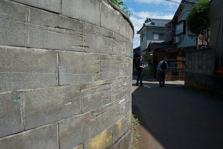 円形にカーブしたブロック塀の写真です。