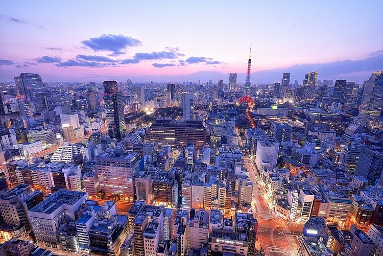 東京タワー周辺の夕暮れ時の空撮写真です。