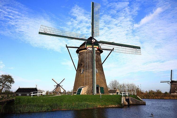 オランダの風車の写真です。