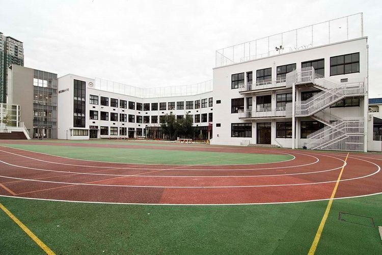 学校のトラック競技場のある運動場です。