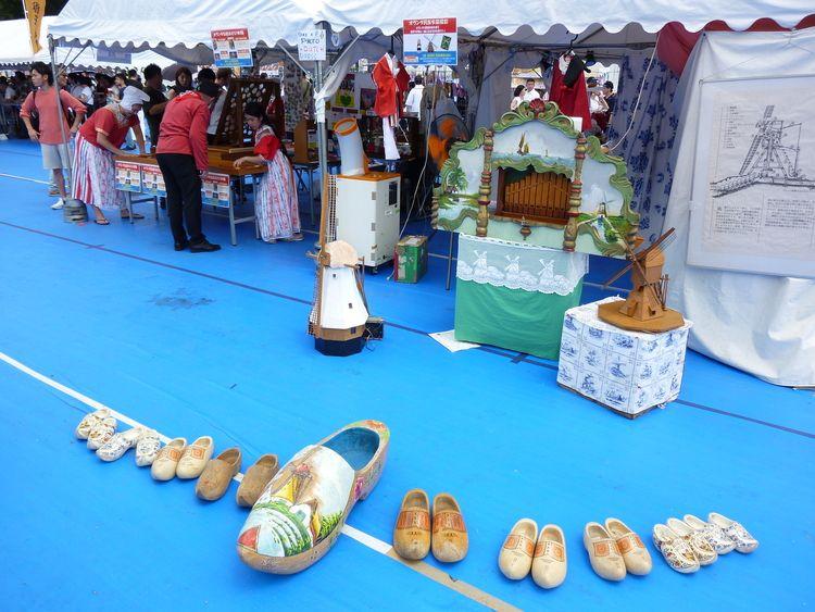 日蘭友好SAMURAIフェス、木靴が並べられています。