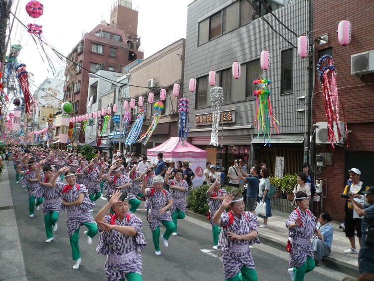 下町七夕まつり、江戸芸かっぽれの踊っている様子です。