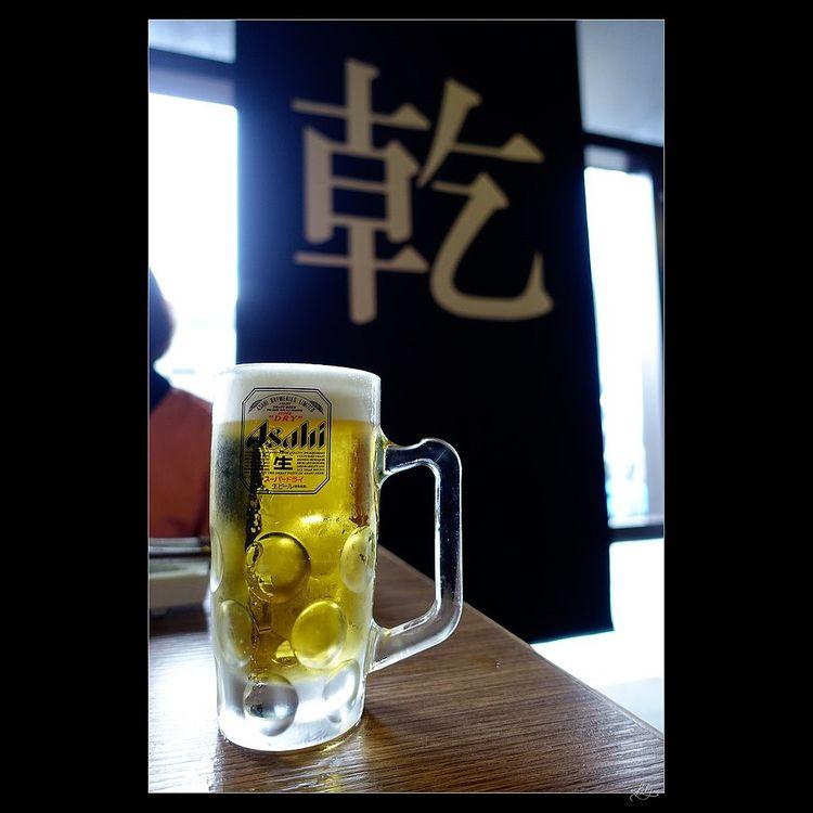 グラスにアサヒスーパードライ生ビールが注がれた写真です。