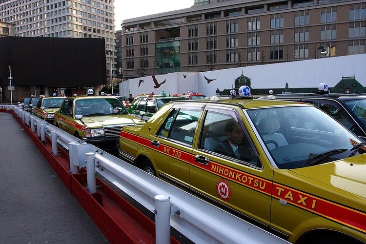タクシーが渋滞で並んでいる写真です。