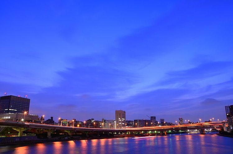 夕刻の隅田川の写真です。