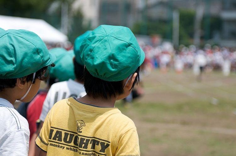 運動会の様子を見ている園児の写真です。