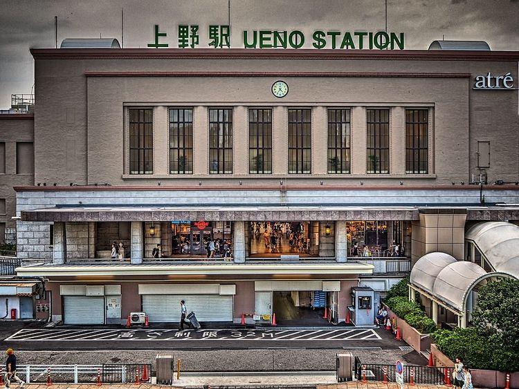 上野駅を正面から撮影した写真です。
