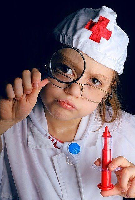 ドクターの格好をした女の子の写真です。