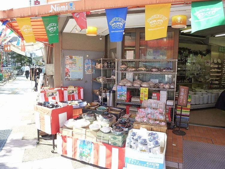 台東区松が谷1丁目にある、ニイミ洋食器店の店頭写真です。