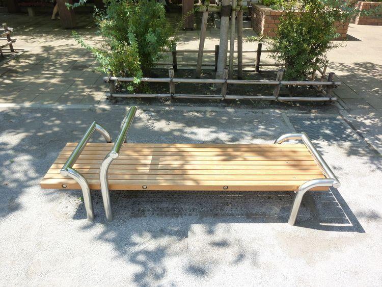台東区蔵前4丁目にある精華公園のベンチの写真です。