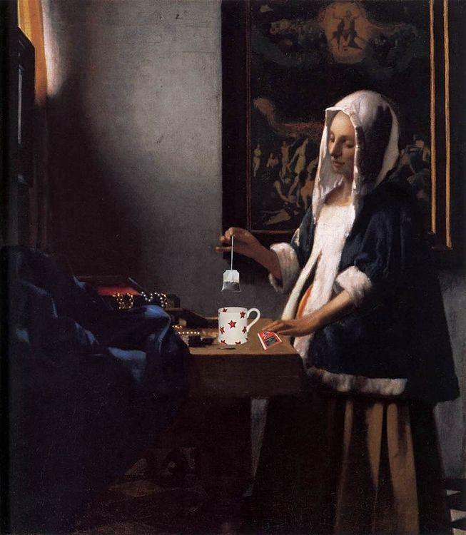 フェルメールの牛乳を注ぐ女のパロディーで、コップにティーバッグを注ぐ女性の絵の写真です。