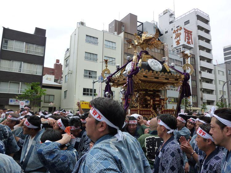 下谷神社大祭3日目神輿をたくさんの担ぎ手が担いでいる